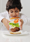 Niño haciendo hamburguesas por sí mismo — Foto de Stock