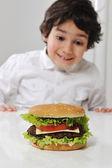 Arabische jongetje met Hamburger — Stockfoto