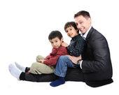 Mutlu baba ve iki oğlu portresi — Stok fotoğraf