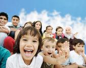Tłum dzieci, różnym wieku i rasy przed scho — Zdjęcie stockowe