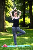 Kvinnan gör yogaövningar i parken — Stockfoto