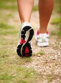 Kvinnliga ben jogging på ett spår — Stockfoto
