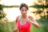 Güzel kadın bir akşam jog — Stok fotoğraf