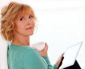 Moyen age femme détente avec comper tablet — Photo
