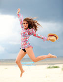 Mulher feliz jupmping na praia — Foto Stock