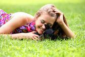幸せな女彼女の犬と草に横たわって — ストック写真