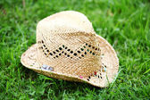 Straw hat on the grass — Stock Photo