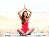 做瑜伽练习在海边的女人 — 图库照片