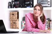 Styding chica adolescente en el hogar — Foto de Stock
