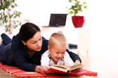 Matka se synem čtení knihy doma — Stock fotografie