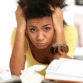Joven negra cansada de estudiar — Foto de Stock