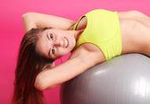 Krásná žena, která dělá cvičení s fitness míč — Stock fotografie