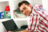 Bell'uomo, lavorando con il portatile a casa — Foto Stock