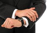 Zbliżenie biznesmen rąk sprawdzanie jego zegarki — Zdjęcie stockowe