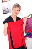 Midden leeftijd blonde vrouw controleren shopping tassen — Stockfoto
