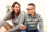 Musique écoute de couple dans le casque à la maison — Photo