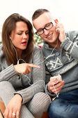 Jeune couple écoute de la musique dans le casque à la maison — Photo