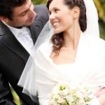 hermosa novia y el novio feliz en el parque otoño — Foto de Stock   #18078231