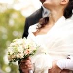 hermosa novia y el novio feliz en el parque otoño — Foto de Stock   #18078307