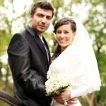 hermosa novia y el novio feliz en el parque otoño — Foto de Stock   #18078351