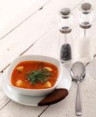 Bild von heiße rote Suppe auf Holztisch — Stockfoto