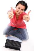 Mutlu genç bir kadın ile laptop — Stok fotoğraf