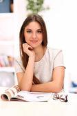 Красивые кавказские женщины за столом — Стоковое фото