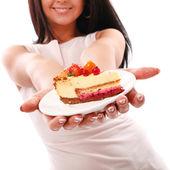 Pedaço de bolo nas mãos de mulher — Fotografia Stock