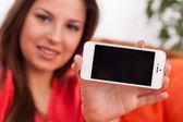 美丽的女人举行智能手机 — 图库照片