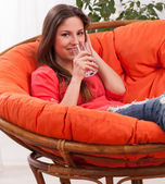 Piękna kobieta z szkło w domu — Zdjęcie stockowe