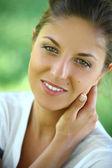 緑の背景に美しい若い女性 — ストック写真