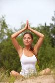 Krásná žena vychutnat jógu v lese — Stock fotografie