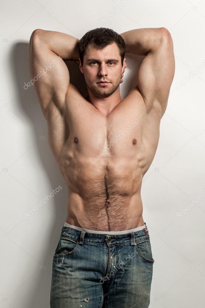 Video de hombre musculoso desnudo