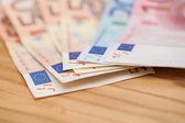 Euro banknot ahşap bir masa üzerinde bir — Stok fotoğraf