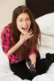 Emotionele meisje met tv-console — Stockfoto