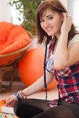 Genç güzel kadın evde oynamak — Stok fotoğraf