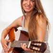 Young beautiful woman playing guitar — 图库照片