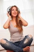 Vacker kvinna njuta av musik i hörlurar — Stockfoto
