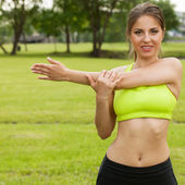 Beautiful young woman working out in a park — Stock Photo