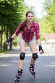 Ragazza a cavallo rollerblades — Foto Stock