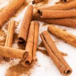 Cinnamon and its dust around it — Stockfoto
