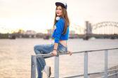 стильная девушка, сидящая на перила — Стоковое фото