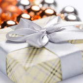 Present package and garlands — Stock Photo