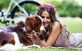 Belle fille avec un chien — Photo