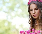 Piękna dziewczyna z kwiatami — Zdjęcie stockowe