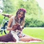 Beautiful girl having picnic — Stock Photo
