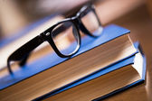 Gözlük ve bir kitap — Stok fotoğraf