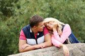 自分の感情を表現する若いカップル — ストック写真