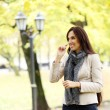 Adult woman having a good day in the park — Stockfoto