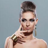 Mooie jonge vrouw met avond make-up — Stockfoto